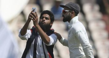 Fans take Selfie With Virat kohli